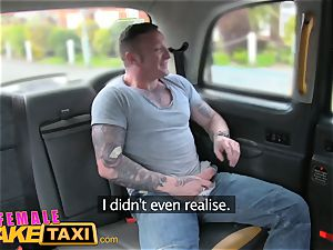 gal fake taxi Driver takes a facial for a fare