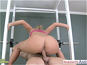 Sporty ash-blonde Phoenix Marie pulverizing