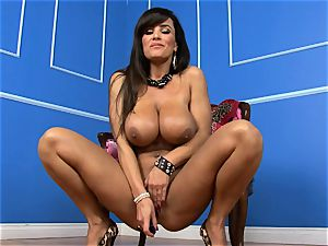 sexy Lisa Ann slams her dildo deep in her raw cootchie