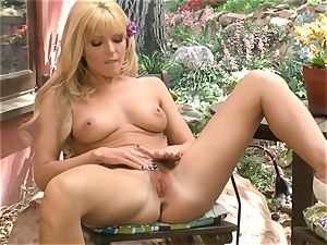 Niki Lee young showcases her cool mammories before she plays
