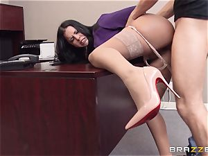 Diamond kitten gets off the hook by delivering an expert penetrate