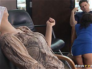 Hairdresser Rachel Starr catches a phat cumload