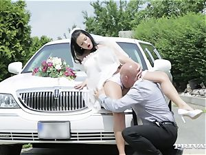 messy bride takes her chauffeur's bone before her wedding